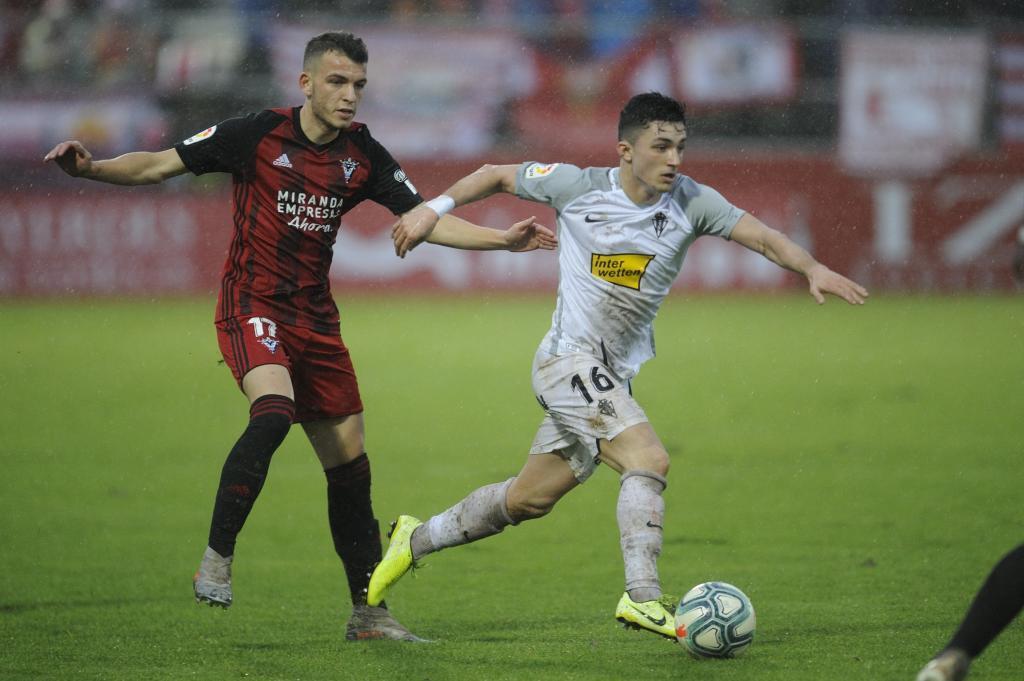Manu García avanza con el balón ante la presión de Íñigo Vicente