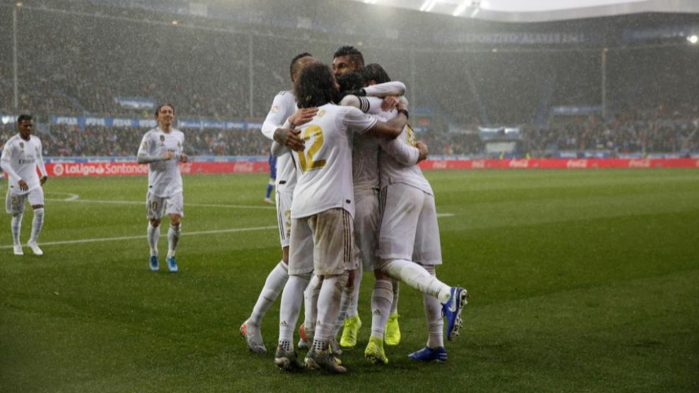 Los jugadores del Madrid celebran uno de los tantos del duelo