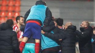Jugadores y cuerpo técnico del Atlético celebran la victoria.