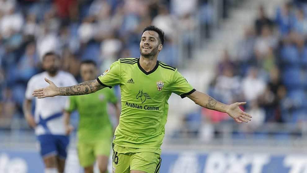Lazo celebra uno de sus goles con el Almería en el Heliodoro