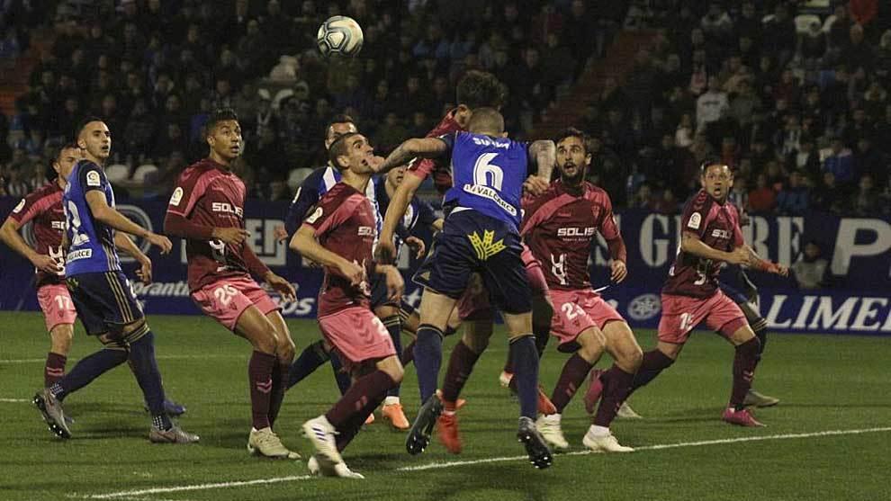 Óscar Sielva despeja de cabeza rodeado por jugadores del Albacete
