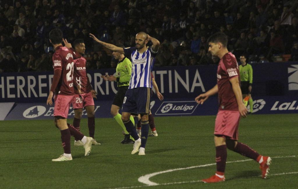 Yuri, autor del gol del empate de la Ponferradina, se lamenta de una...