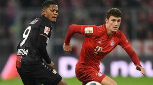 Bailey, ante Pavard, del Bayern.