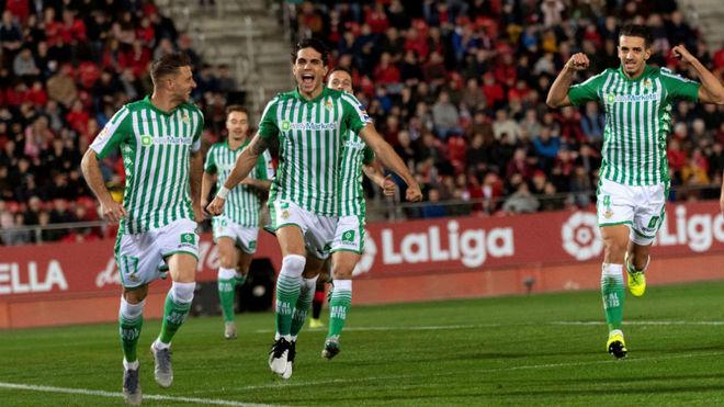 Los jugadores del Betis celebran el primer gol del partido.