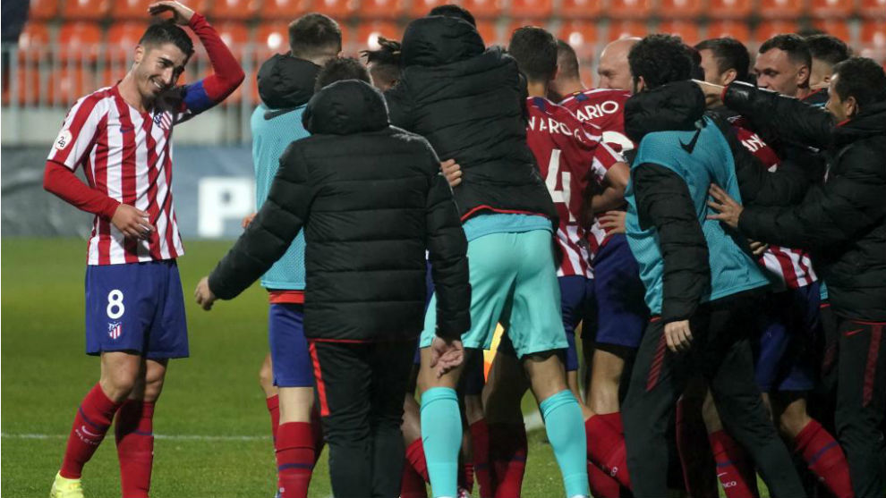 Los jugadores del Atlético B festejan con los ocupantes del...