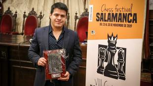 Eduardo Iturrizaga posa con el trofeo que le acredita como ganador.