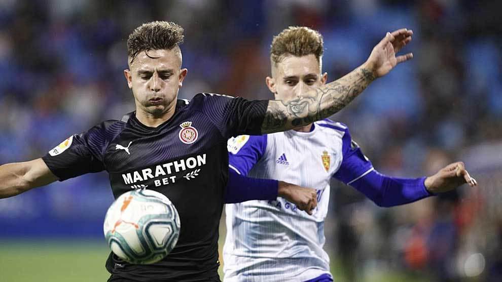 Maffeo y Álex Blanco disputan un balón en La Romareda