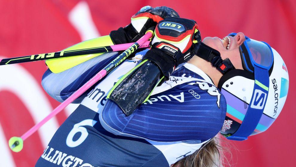 Marta Bassino da rienda suelta a su alegría al lograr su primera...