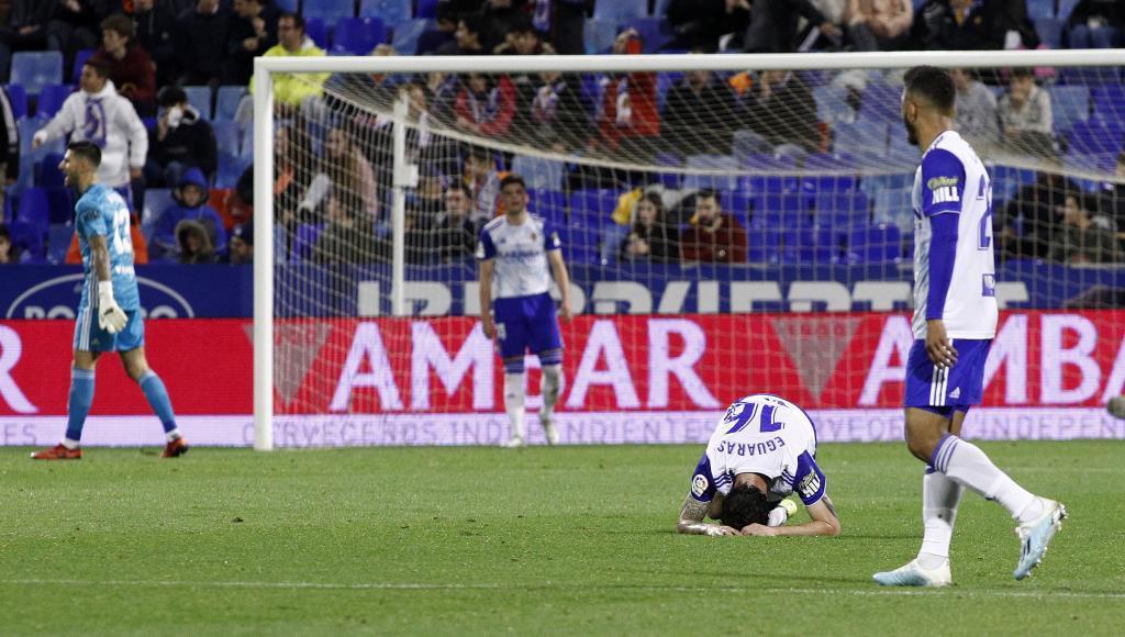 Eguaras se lamenta tras perder el balón ¿en posible falta de Stuani?...