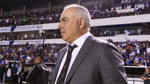 Vázquez observa el partido desde su zona técnica.