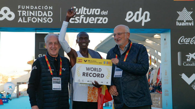 Joshua Cheptegei junto a Paco Borao y Juan Roig en la meta del Maraton...