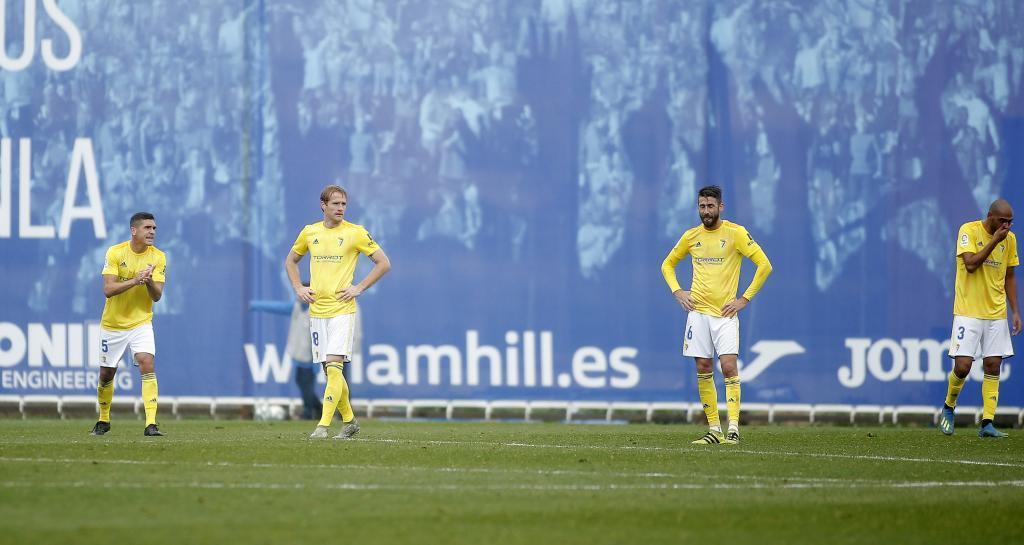 Los jugadores del Cádiz abatidos tras encajar el gol de la derrota en...