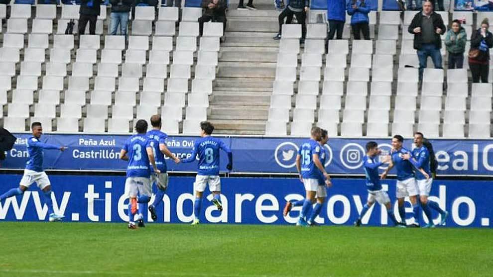 Los jugadores del Oviedo celebran el tempranero primer gol del partido