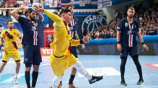 El azulgrana Ludovic Fàbregas lanza a la portería del PSG /