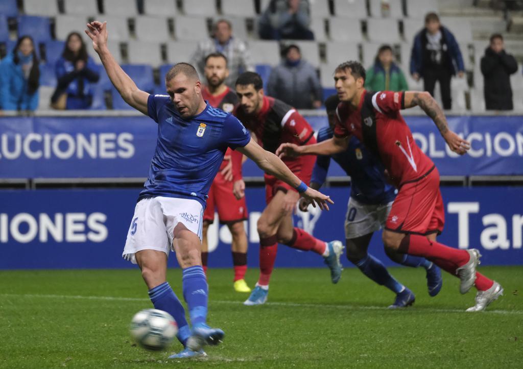 Momento en el que Ortuño lanza el penalti que supuso el triunfo del...