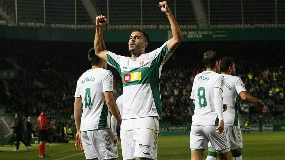 Yacine Qasmi celebra el primer gol del Elche en el Martínez Valero
