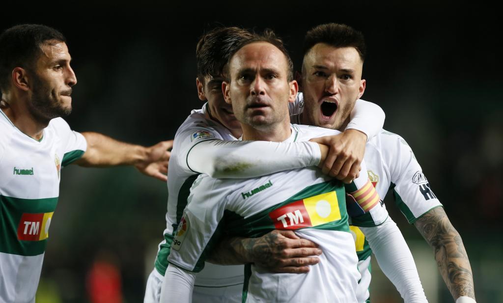 Nino, que acabó manteado por sus compañeros, celebra un gol...