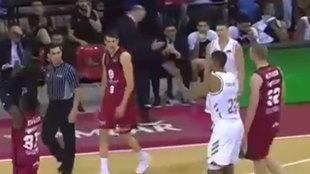 Tavares aplaude en la cara del árbitro