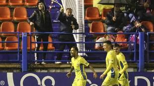 Viera celebra su gol en Almendralejo delante de algunos aficionados...