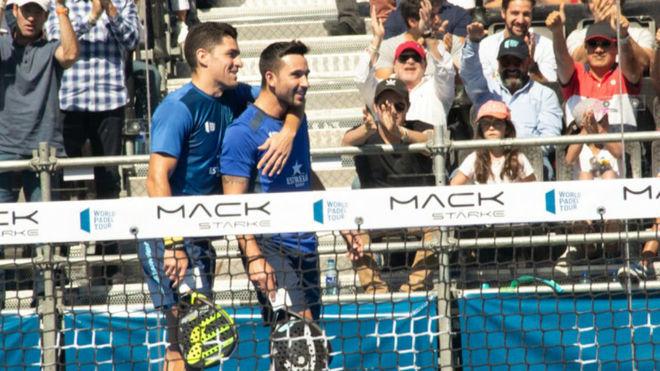 Sanyo y Maxi se abrazan tras el partido