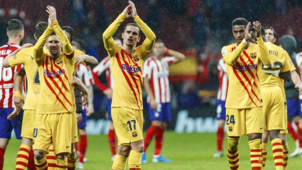 Los jugadores del Barça saludan a la afición al término del...