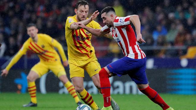 Héctor Herrera disputando un balón con Rakitic.