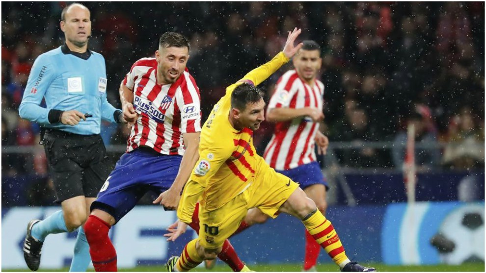 Herrera en un choque con Messi