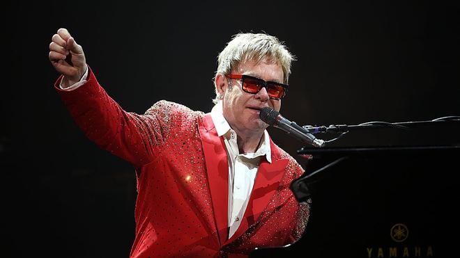 Subastan varios manuscritos de canciones de Elton John.
