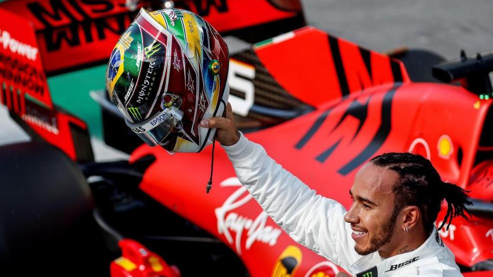 Lewis Hamilton con el Ferrari de Vettel de fondo.
