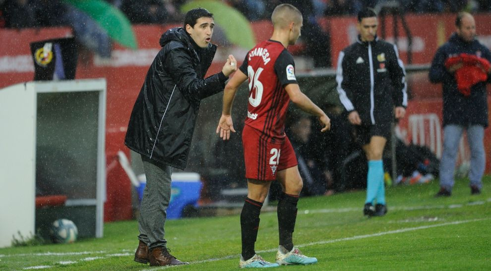 Andoni Iraola directs from Anduva's bench.