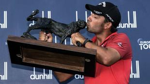 Pablo Larrazábal besa el trofeo que le acredita como ganador del...