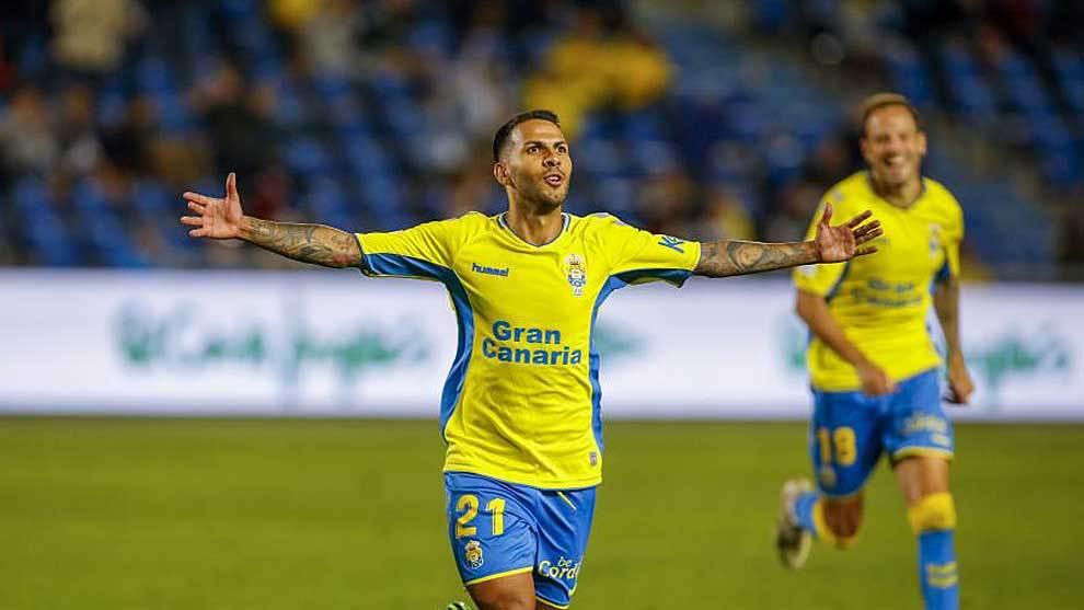 Jonathan Viera celebra uno de sus dos goles al Oviedo hace una semana
