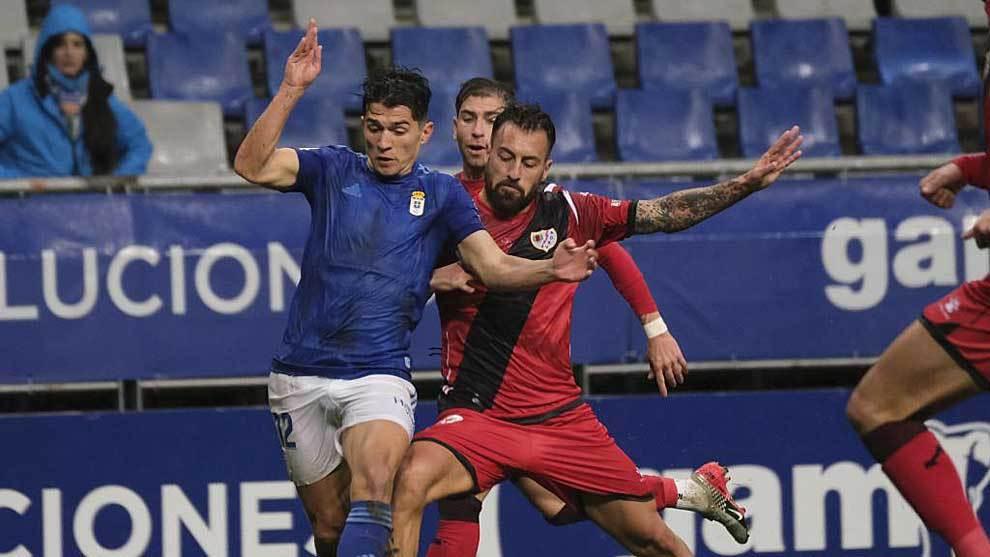 Juanjo Nieto disputa un balón con Luna durante el partido del domingo