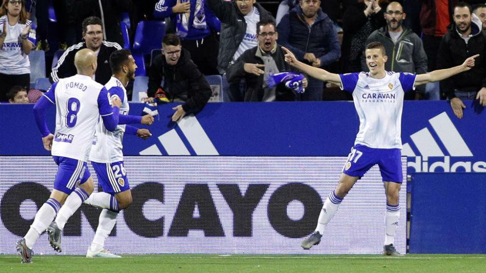 Los jugadores zaragocistas celebran un gol en La Romareda.