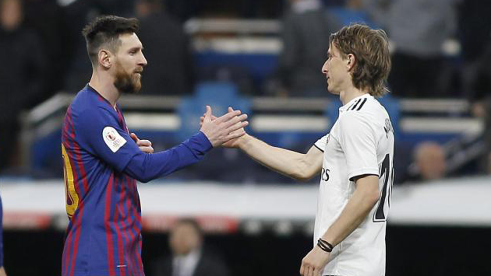 Messi and Modric shake hands after El Clasico
