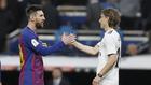 Messi y Modric se saludan en un Clásico