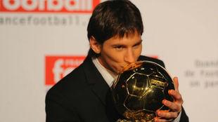 Messi besa el Balón de Oro, en 2009