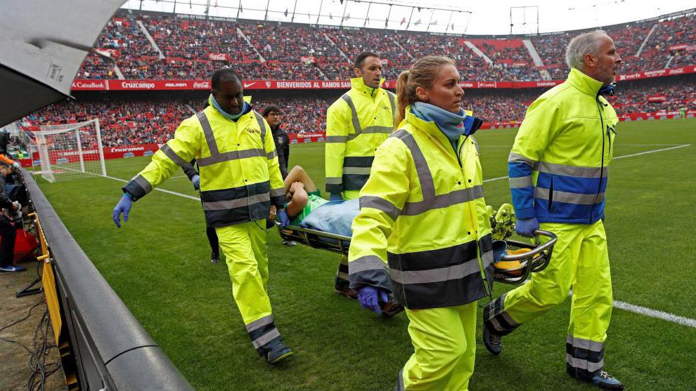 Siovas retirado en camilla tras lesionarse en el duelo ante el Sevilla