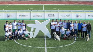 La selección española de fútbol 5 de ciegos con empleados de...