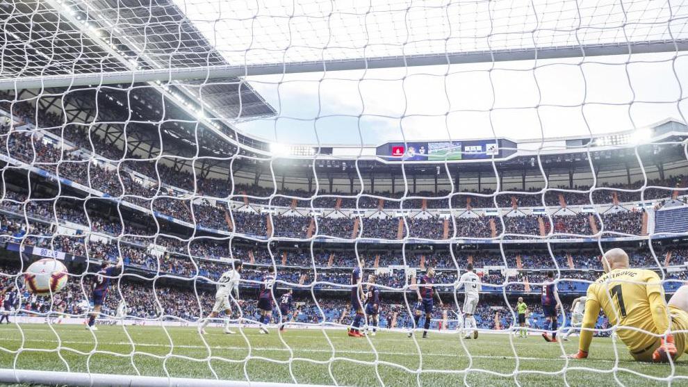 Gol de Benzema a Dimitrovic en el Real Madrid - Eibar