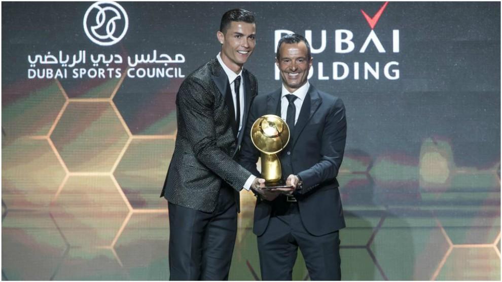 Cristiano Ronaldo, junto a Jorge Mendes en los 'Globe Soccer Awards'...