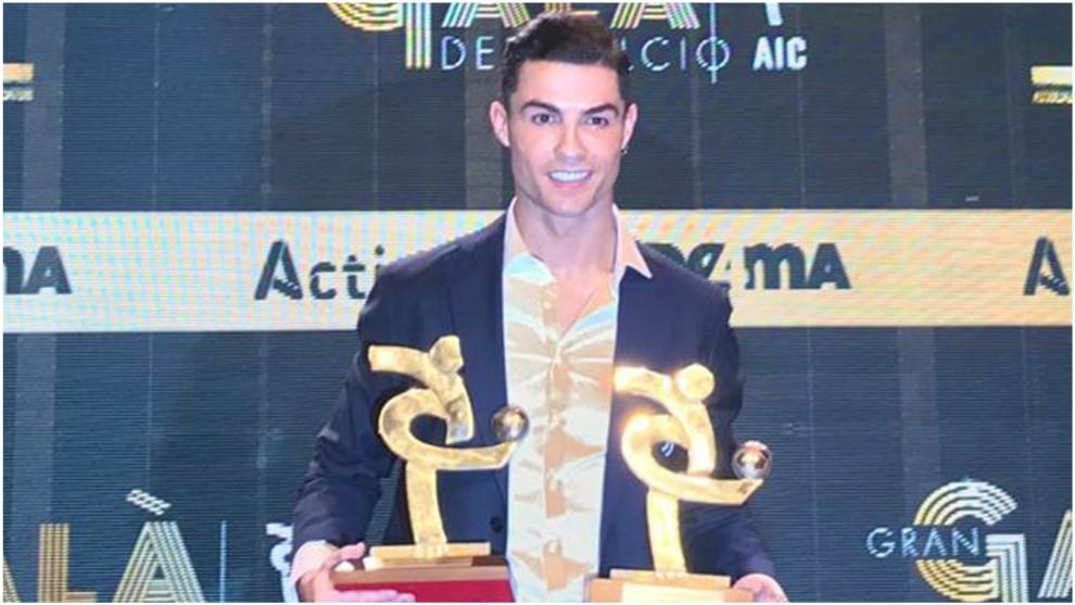 Cristiano Ronaldo poses with his prize