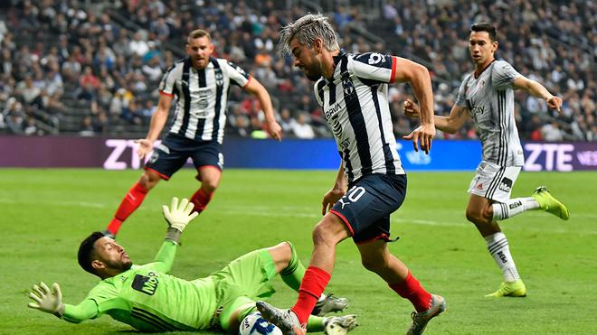 Pizarro encara a un arquero.
