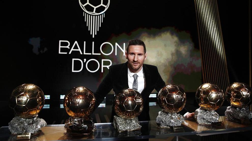 Lionel Messi, último ganador, junto a sus seis trofeos del Balón de...