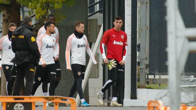 Los jugadores del Valencia saltan a entrenar en Paterna.