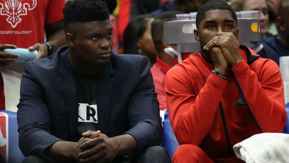 Zion Williamson viendo un partido de su equipo desde el banquillo