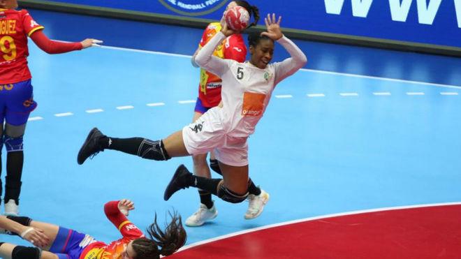 Una jugadora de Senegal lanza ante España /