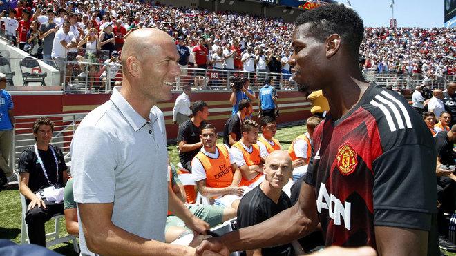 Zinedine Zidane, saludando a Pogba durante una gira