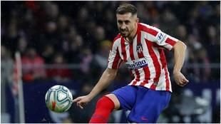 Herrea golpea el balón en un partido del Atlético.