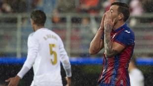 Sergi Enrich se lamenta tras fallar una ocasión en el partido ante el...